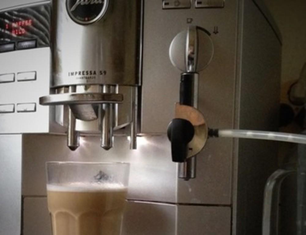 Milchspender für JURA Kaffeevollautomat selbstgebaut – für unter 20 €..