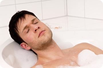 Mann entspannt sich in der Badewanne
